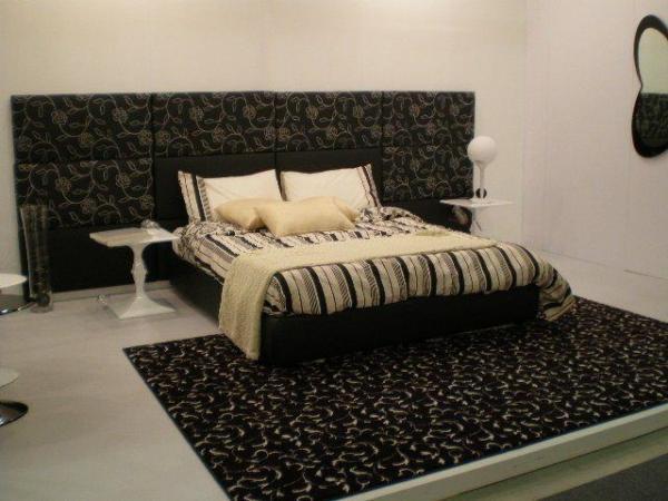 Декор части стены над кроватью: как вариант, но здесь, по мнению автора, выбран несколько мрачный цвет.