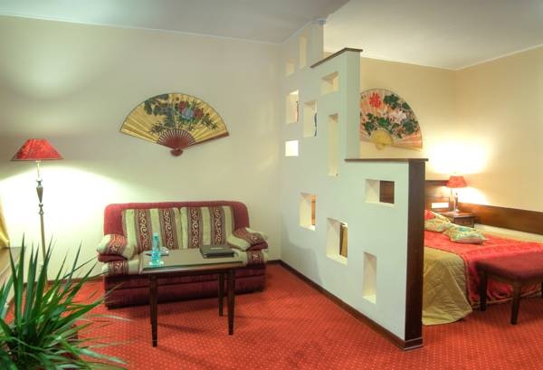 Декоративная перегородка, отделяющая спальную зону от гостевой.