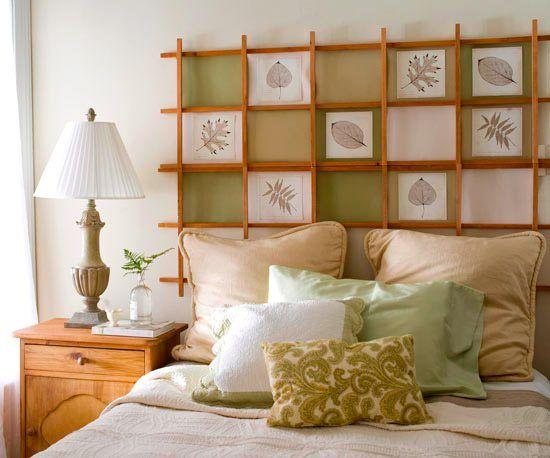 Декоративное панно в изголовье кровати из деревянных реек , в которые могут помещаться различные картинки, фотографии, аппликации.