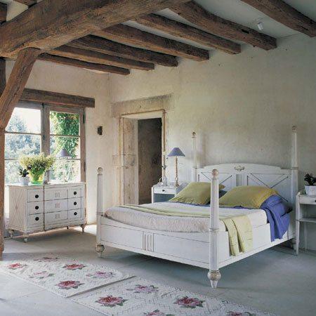Деревянные балки на потолке – подчеркивают деревенский стиль быта юга Франции.