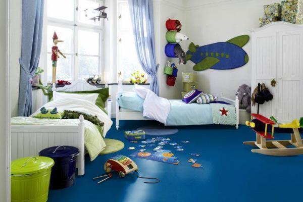 Детская спальня с синим полом