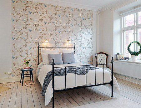 Дизайн спален в скандинавском стиле обычно включает в себя прием выделения обоями части стены за изголовьем кровати.
