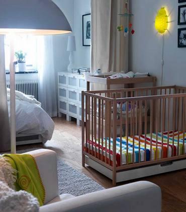 Дизайн спальни с детской зоной, где разграничение производилось при помощи обычной занавеси.
