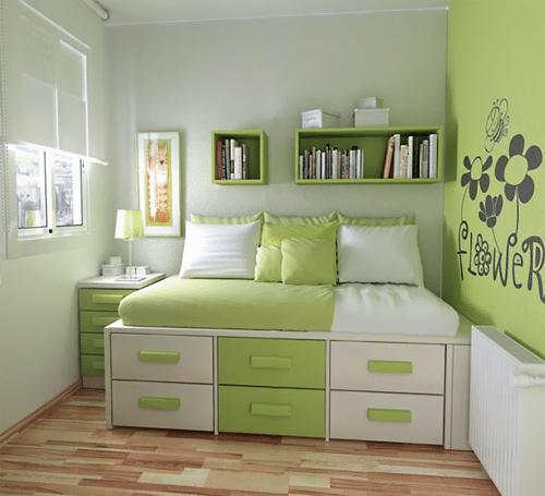 Для экономии места – под кроватью делаем ниши для хранения вещей