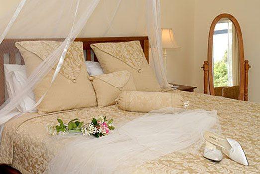 Для отделки спальни для новобрачных желательно использовать нейтральные тона, как показано на фото.