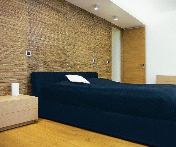 Дорогие натуральные обои из природных материалов особенно ценны в спальне.