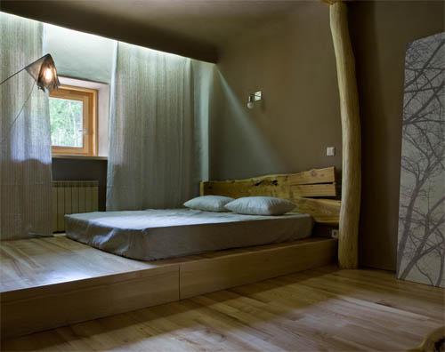 Двуспальная кровать и подиум с изголовьем под старину