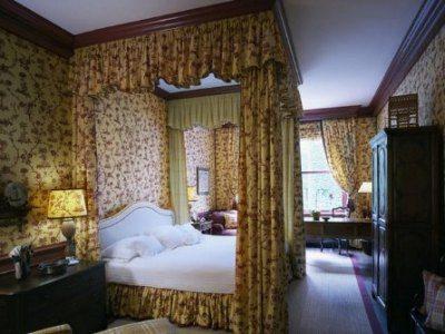 Двуспальная кровать с балдахином на потолочном карнизе