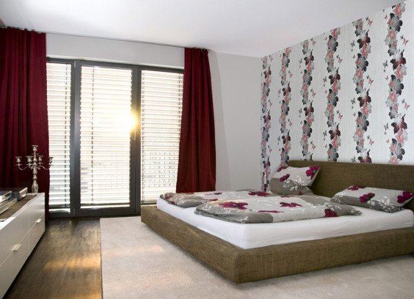 Эффектное декорирование всего одной стены - модный прием для спален.
