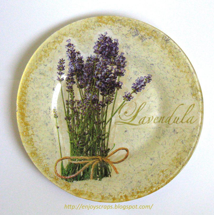 Элемент декора – настенная тарелка, выполненная в технике декупажа. Очень подходит для нашего стиля прованс.
