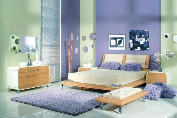 Ещё одно доказательство того, что обои – компаньоны в спальне по созданию дизайна всего помещения, где на общее дело работает каждый элемент (фото «F»)