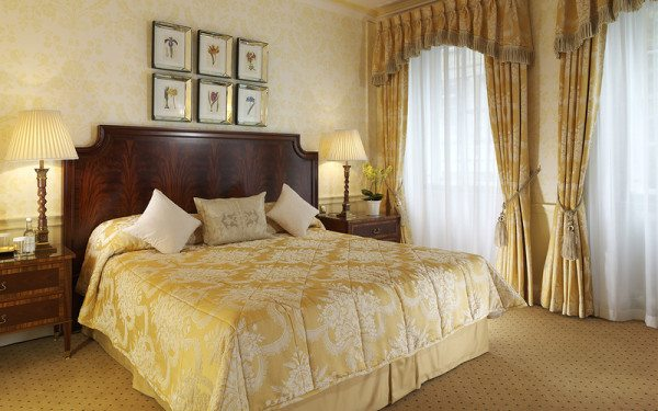Если удалось рисунок обоев согласовать со шторами и убранством кровати, это самое лучшее решение
