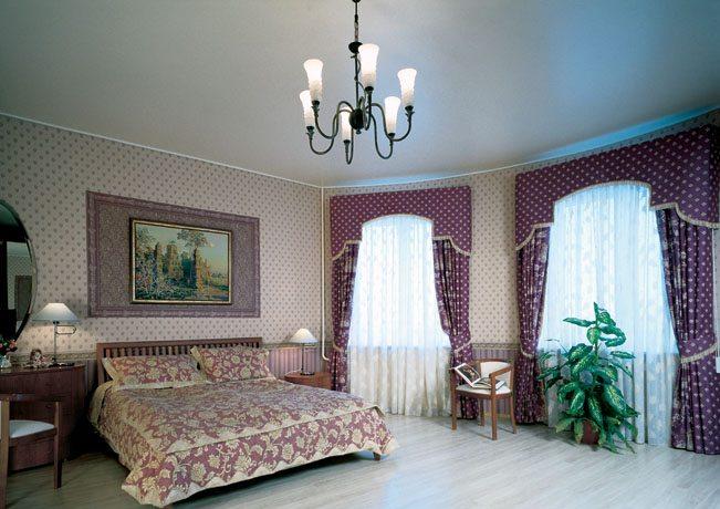 Если вы хотите скрыть неровности потолка, выбирайте матовый вариант белого цвета.