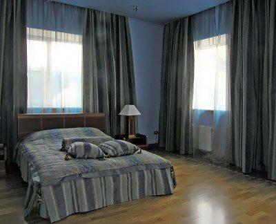 Эта комната была бы не такой мрачной с белым потолком