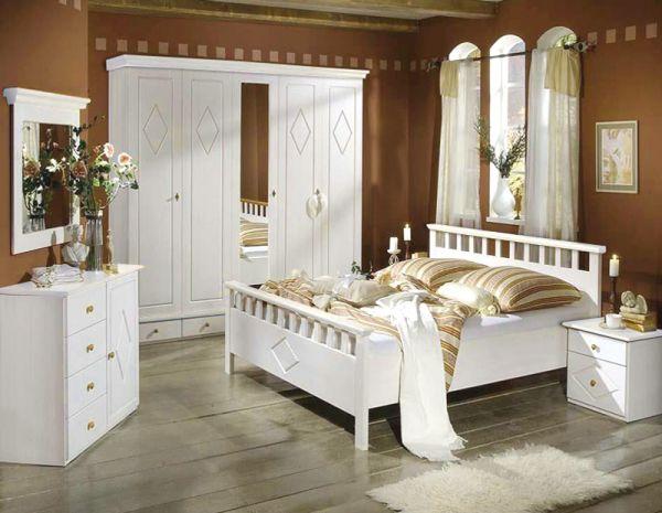 Фото белой мебели, контрастирующей с интенсивным оттенком стен.