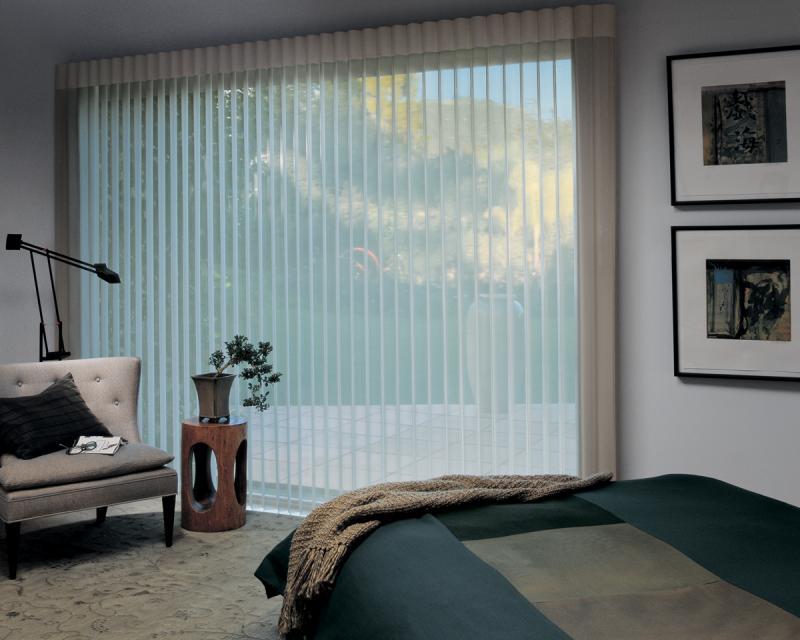 Фото больших вертикальных жалюзи в спальне