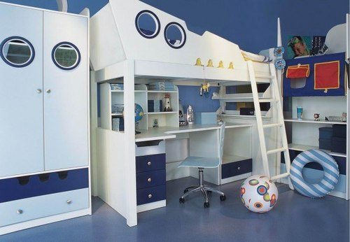Фото детской комнаты в морском стиле, где весь тон задает мебель в виде корабля (вариант дизайна для школьников).