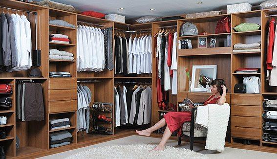 Фото гардеробного помещения – отличный вариант для больших спален.