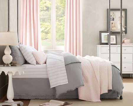 Фото классической спальни в серо-розовых тонах