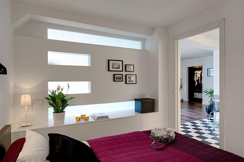 Фото комнаты без окон с лайтбоксами.
