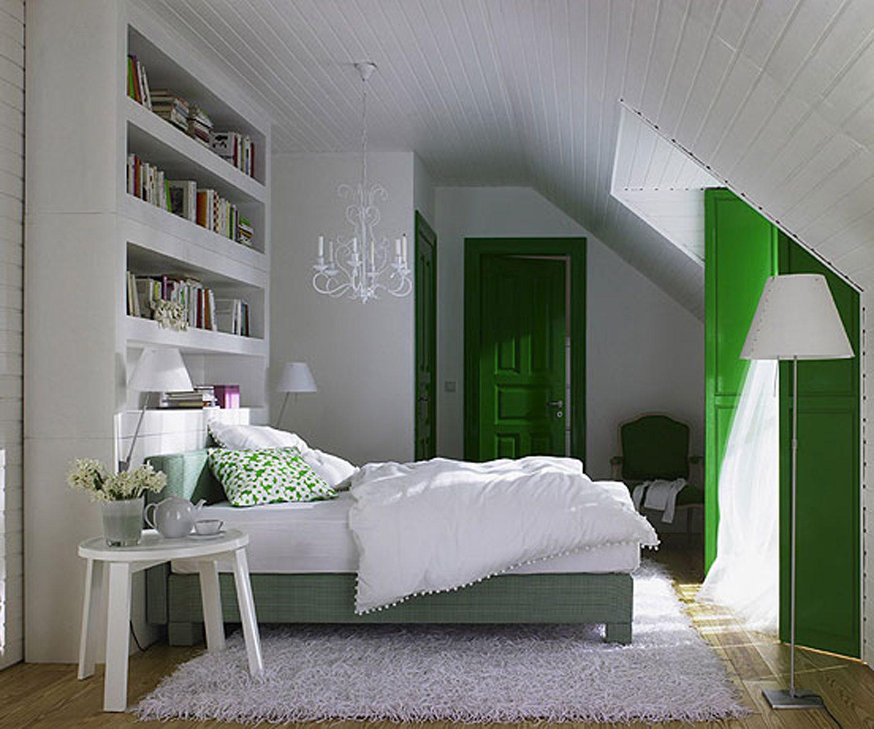 Фото комнаты отдыха в мансарде, выполненной в белых тонах с ярко-зелеными элементами.