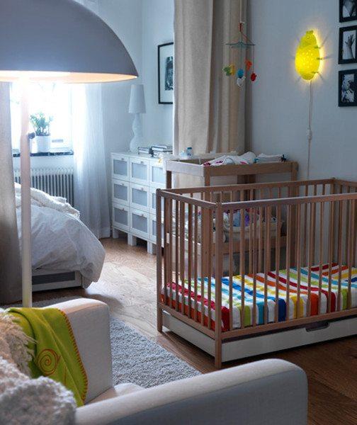 Фото комнаты, разграниченной при помощи легкой раздвижной занавеси.
