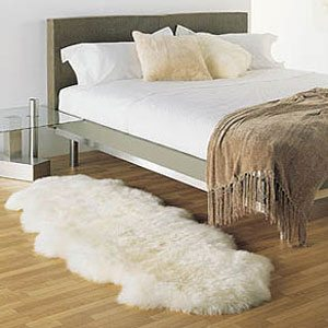 Фото коврика около кровати
