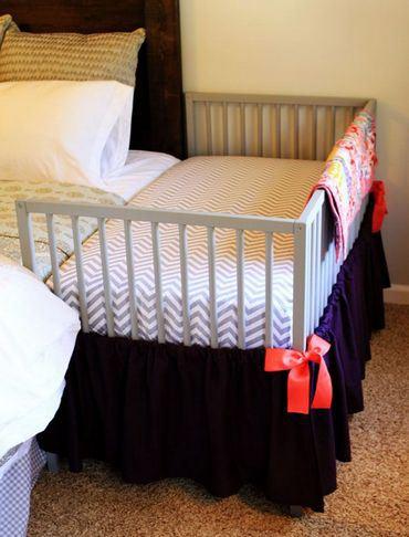 Фото кроватки, расположенной непосредственно возле родительского спального места.
