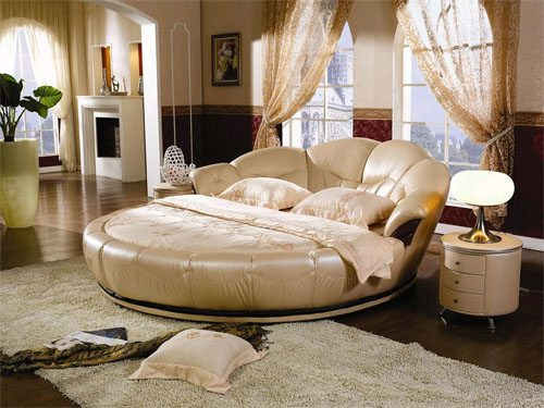 Фото круглой кровати, повернутой изголовьем к окну