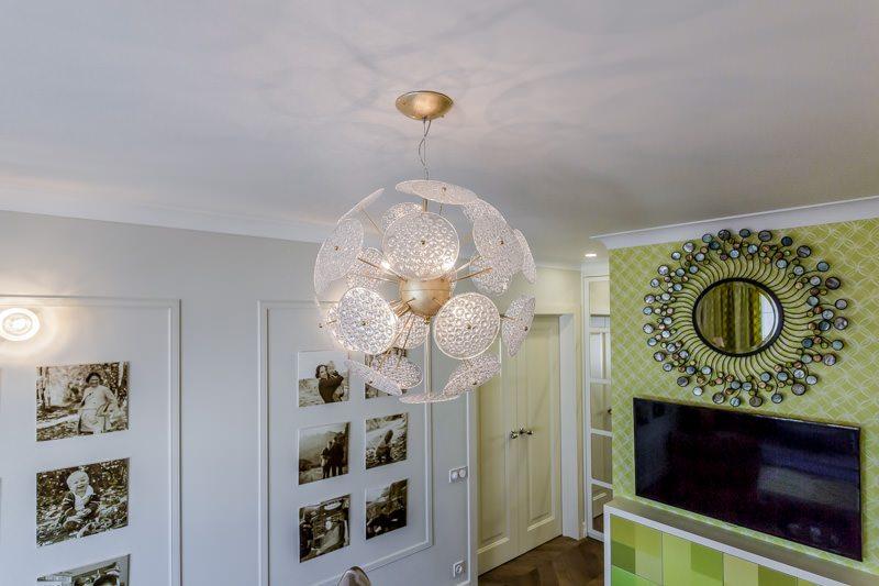 Фото люстры-шара в спальне с гардеробной зоной.