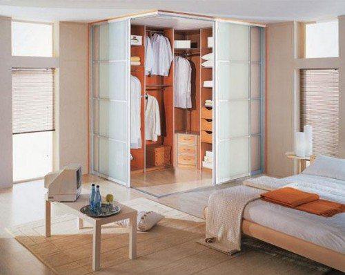 Фото небольшой гардеробной зоны, расположенной в углу помещения.