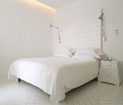 Фото полностью белой и скучной спальни, из которой можно сделать шедевр, зная дизайнерские секреты.
