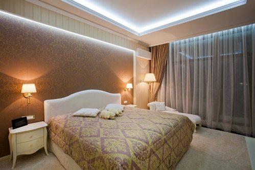 Фото помещения, где присутствуют различные рисунки в оформлении.