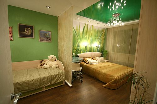 Фото помещения, разграниченного на спальню и детскую с помощью пластиковой перегородки.