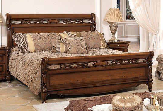 Фото резной деревянной кровати для спальни прованс.