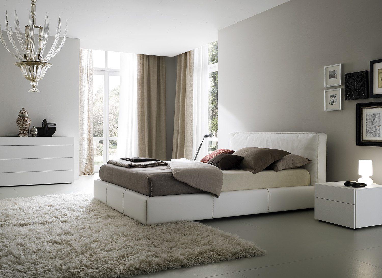 Фото современной классической спальни, где все детали подобраны с особой тщательностью.