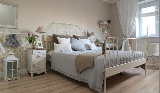 Фото современной спальни, оформленной в образе прованс, где были использованы кремовые тона и белый цвет.