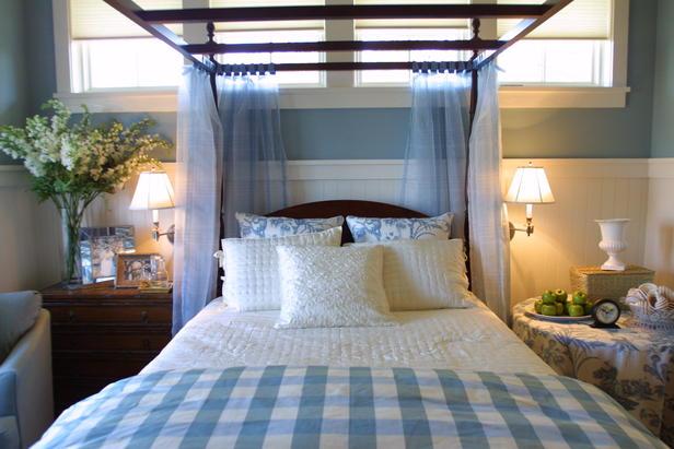 Фото спальни, где располагается кровать с пологом.