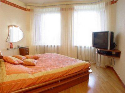 Фото спальни с нестандартным расположением кровати