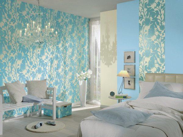 Фото спальни с нежными цветами в комбинации отделки стен