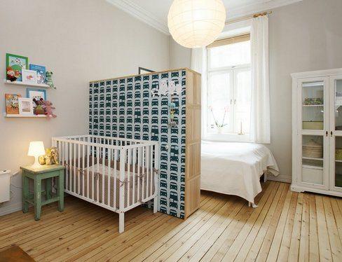 Фото спальни с зонированием – родительская кровать отделена от детской люльки шкафом