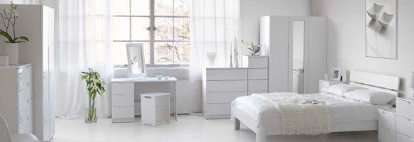 Фото спальни в современном стиле: белое на белом, разбавленное материалом пледа и зеленью цветов.