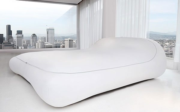 Фото ультрамодной спальни с дизайнерскими обоями и необычной кроватью.
