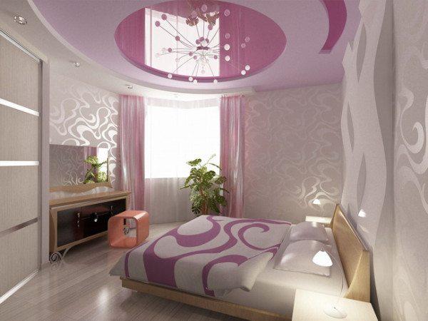 Фото яркого потолка в спальне