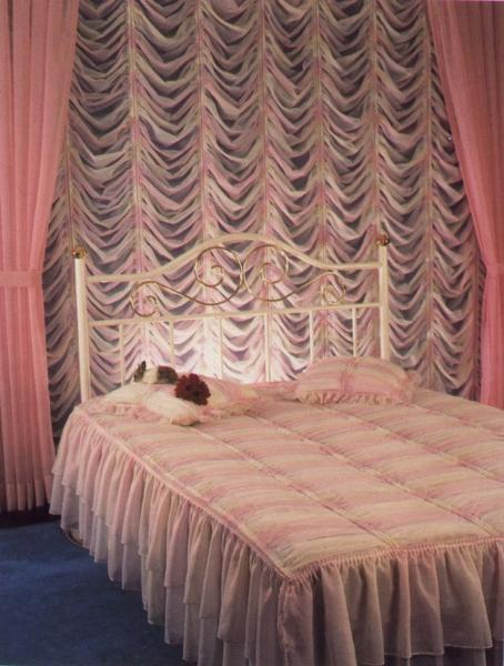 Французские шторы в интерьере спальни