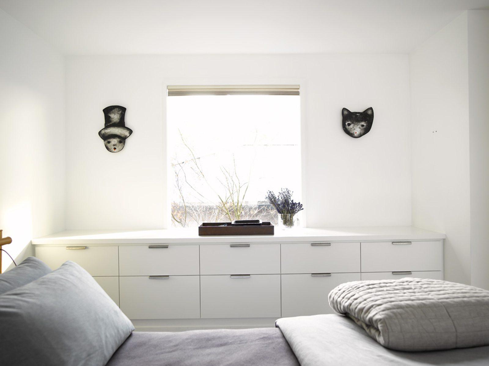 Главной особенностью спальни в стиле минимализм является минимум аксессуаров и максимум функциональности.