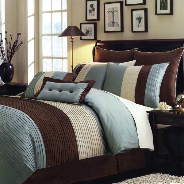 Главным акцентом в убранстве спальни может стать кровать, которая украшена текстилем и подушками, выполненными в коричнево–голубых тонах.