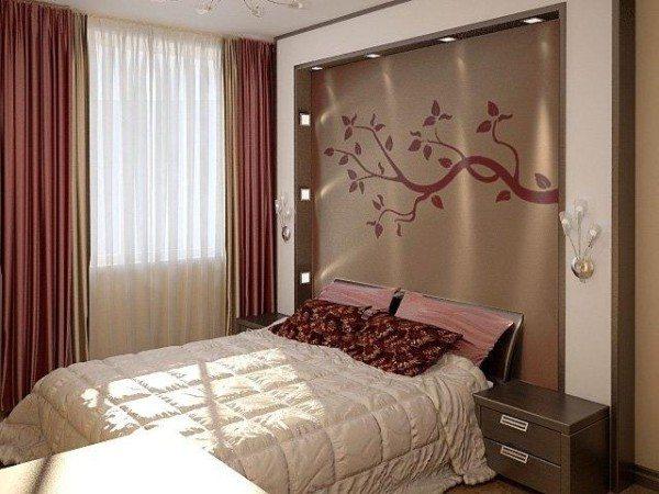 Хозяева этой комнаты подобрали комплексное освещение: настенные бра, точечные светильники, повторяющие форму мебели и центральная люстра на несколько лампочек