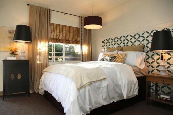Идеи штор для спальни – сочетание римской шторы и легкой полупрозрачной гардины на карнизе.