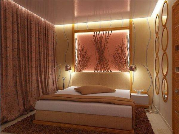 Игра света в маленькой спальне